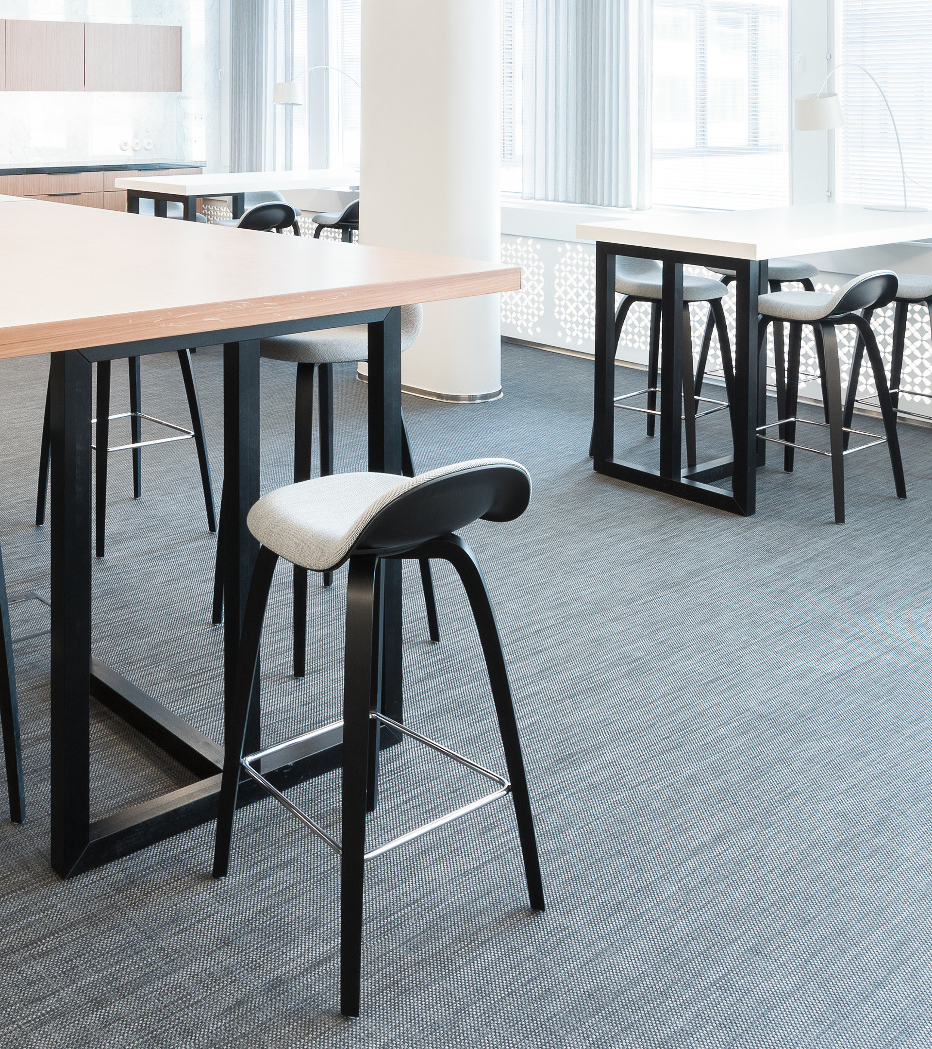 Confederation of Finnish Industries_cafe_workplace_high table and chairs